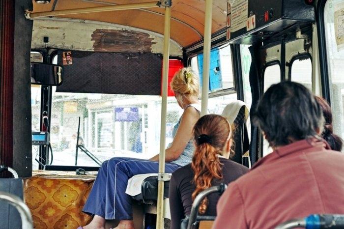 молодые в автобусе-щч1